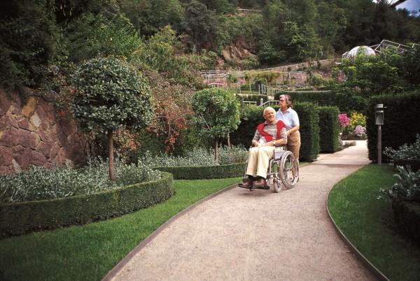 Personen mit Rollstuhl im Englischen Garen_MP-K1000.jpg